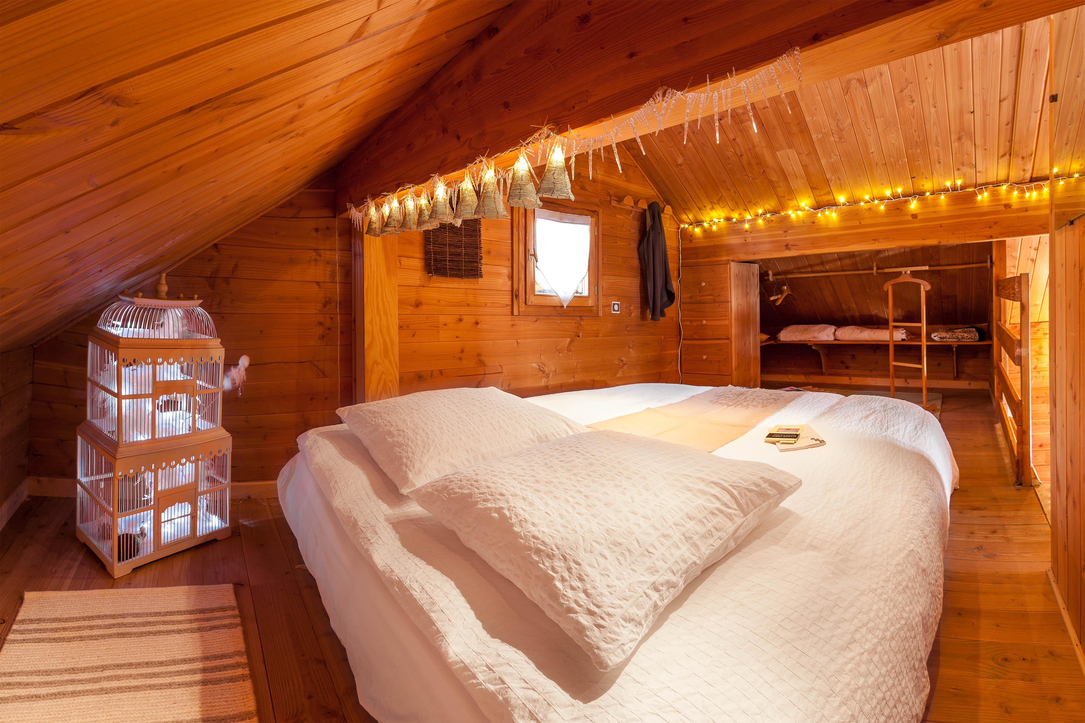 Chambre à l'étage mezzanine du Chalet Carpe Diem, couchage modulable 2 personnes