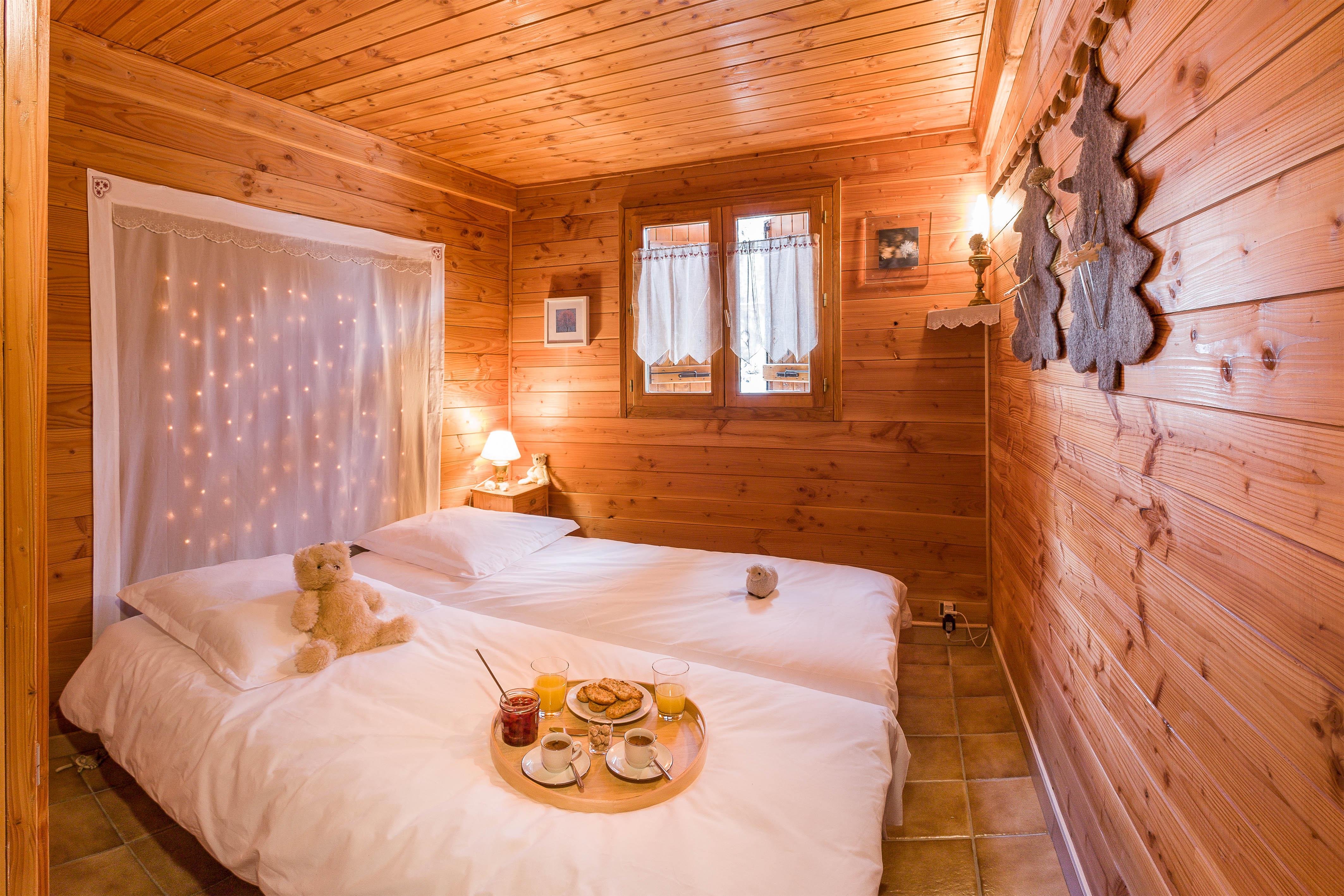 Chambre au rez-de-chaussée du Chalet Carpe Diem, lit double 160x200