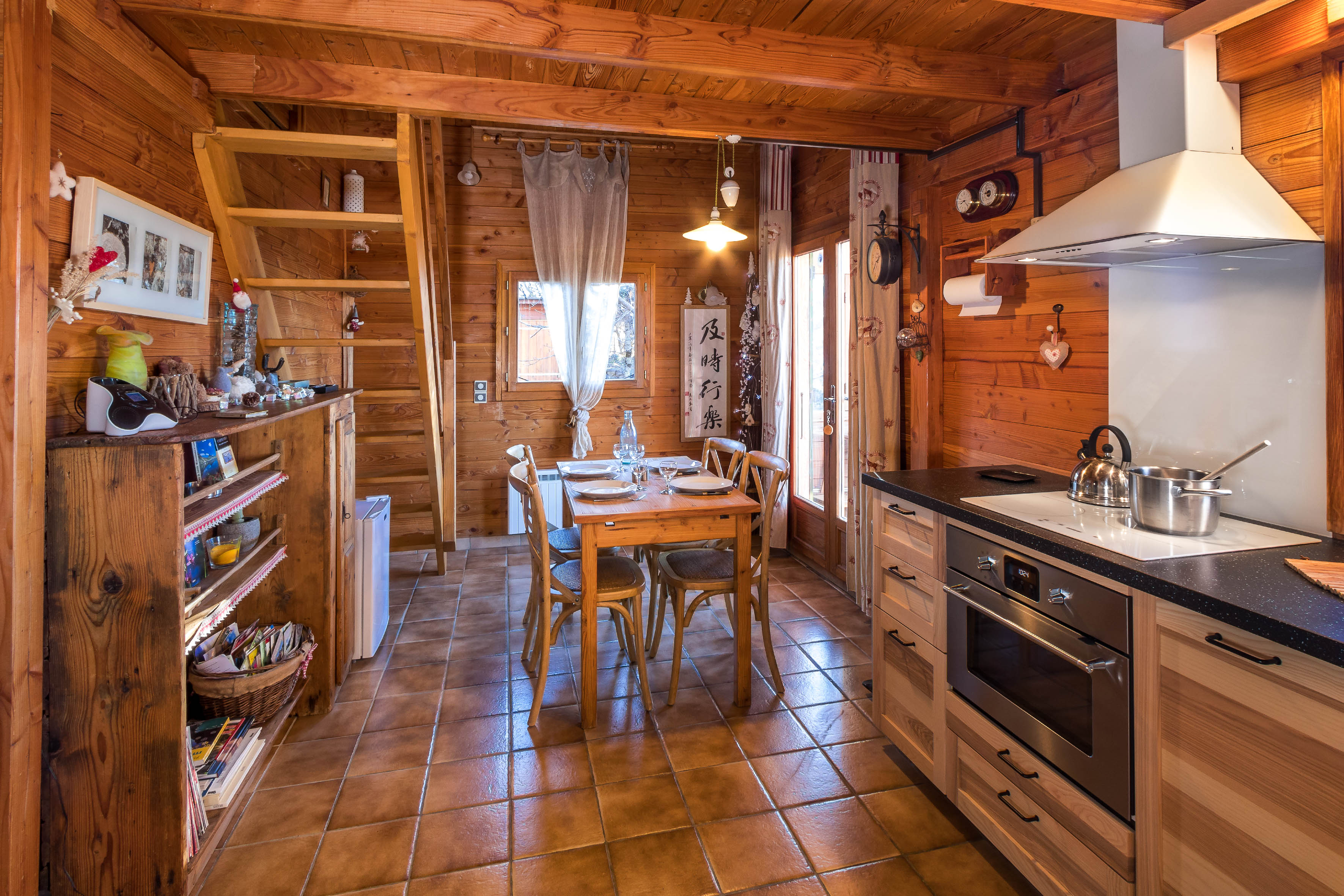 Salle de séjour et coin cuisine du Chalet Carpe Diem