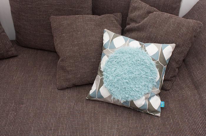Fertiggenähte Kissen in bunter Farbe mit blauem Plüsch nach dem Schnittmuster für ein Kissen mit Hotelverschluss von Kreativlabor Berlin.