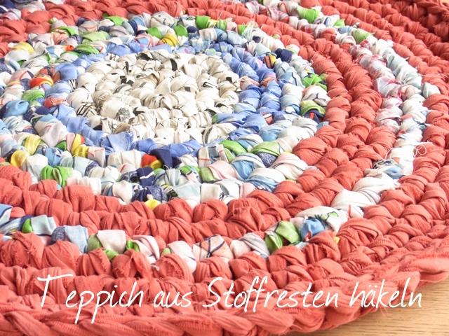 DIY Idee für das Häkeln eines Teppichs aus Stoffresten von Elle Puls