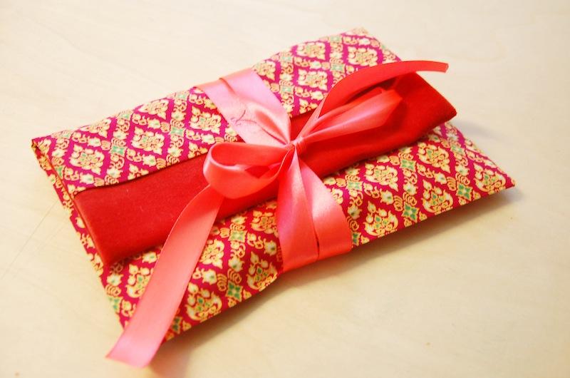Geschenketasche nach der Nähanleitung von SO! Patterns genäht mit einer roten Schleife.