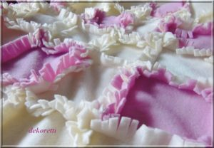 Wuschel-Puschel-Kuscheldecke rosa weiß Fleecedecke Patchwork 01_schnittmuster_dekoretti