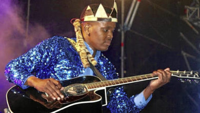 Photo of Njoko Caught Between Maskandi Rival Artists Mthandeni & Khuzani For His Missing Guitar