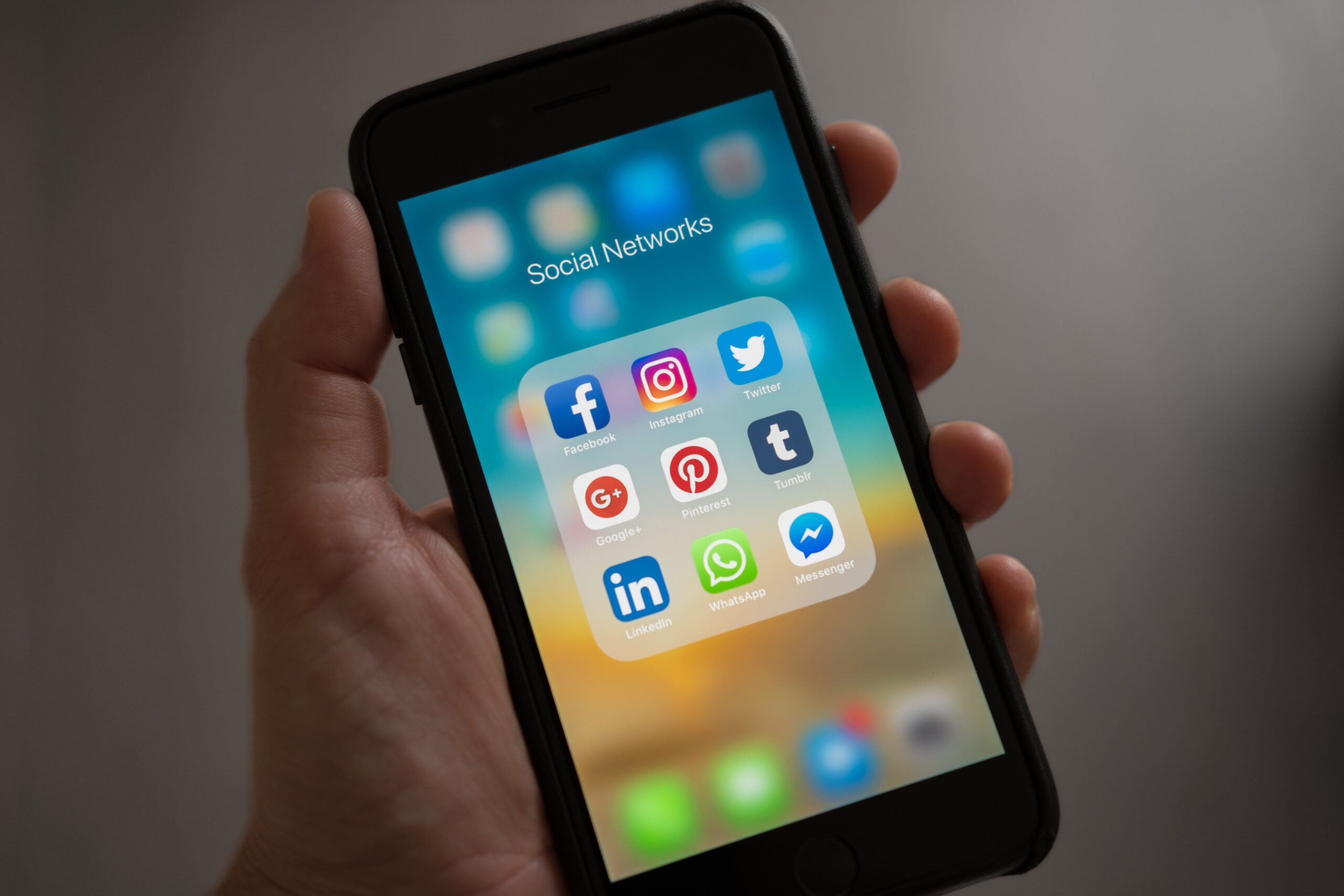 HOW TO RESPOND ON SOCIAL MEDIA – THE RIGHT WAY!