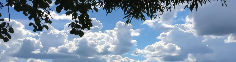 brändihahmo ja taivaalle kerääntyvät pilvet
