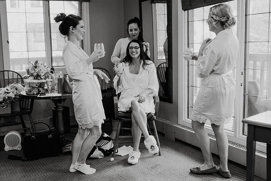 bridesmaids-drinking-mimosas