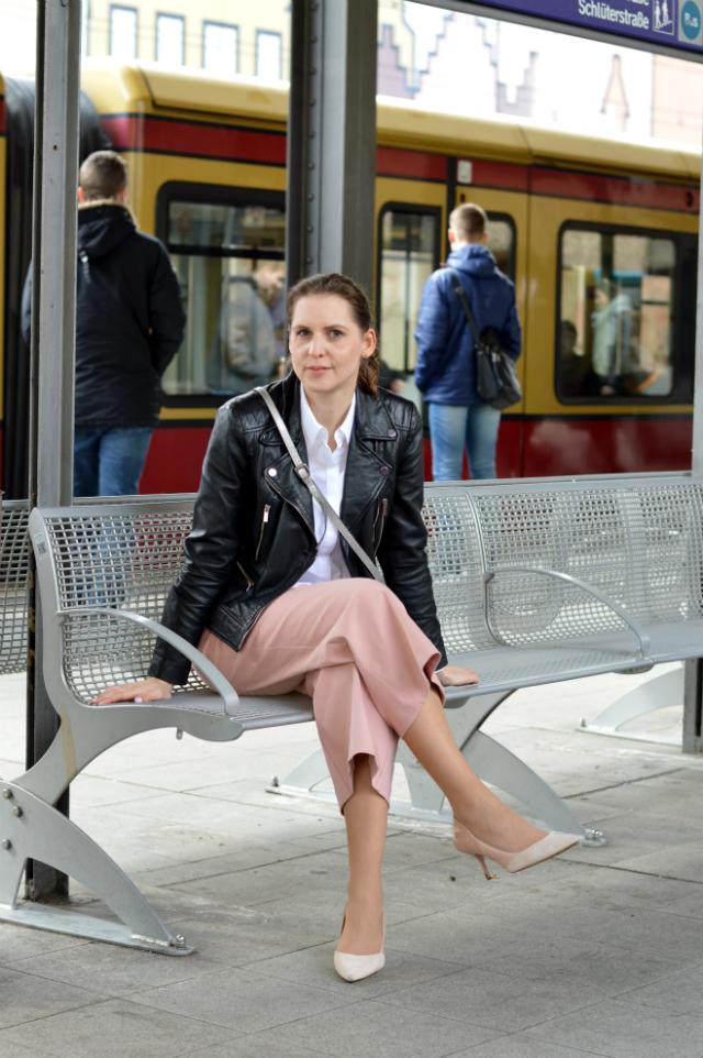 Schwarze Leder-Bikerjacke, weiße Bluse, selbstgenähte rosa Culotte Schnitt Nr. 6 Knipmode März 2016, Abro Tasche silber, Zara Pumps ... Sewionista.com ... Nähen ... Slow Fashion ... DIY