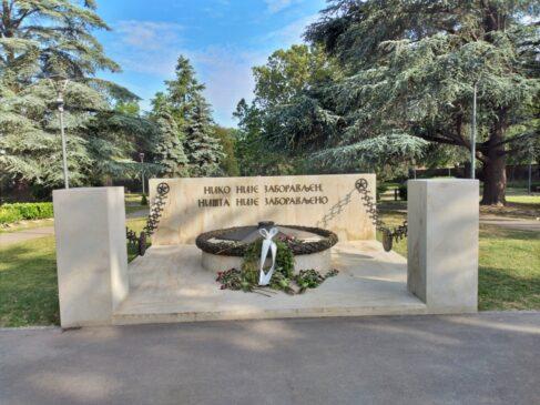 """Spomenik """"Večna vatra"""" na Spomen-groblju oslobodiocima Beograda"""