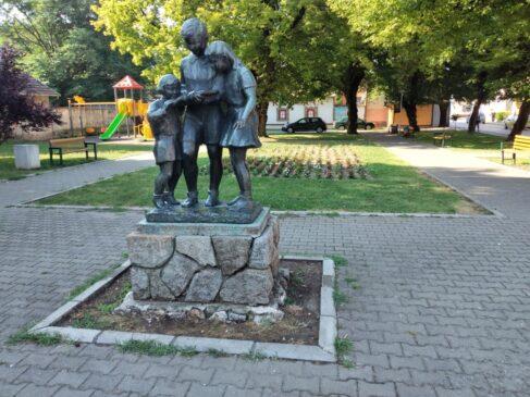 "Spomenik ""Deca s knjigom"" u Rumi"