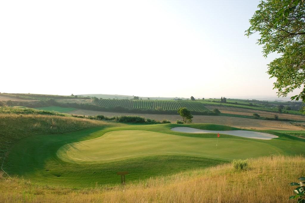 Golfplatz- Poysdorf, Hole 1_1, hügelige Grünfläche, Golfbunker