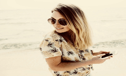 Blond lady with sunglasses holding a phone