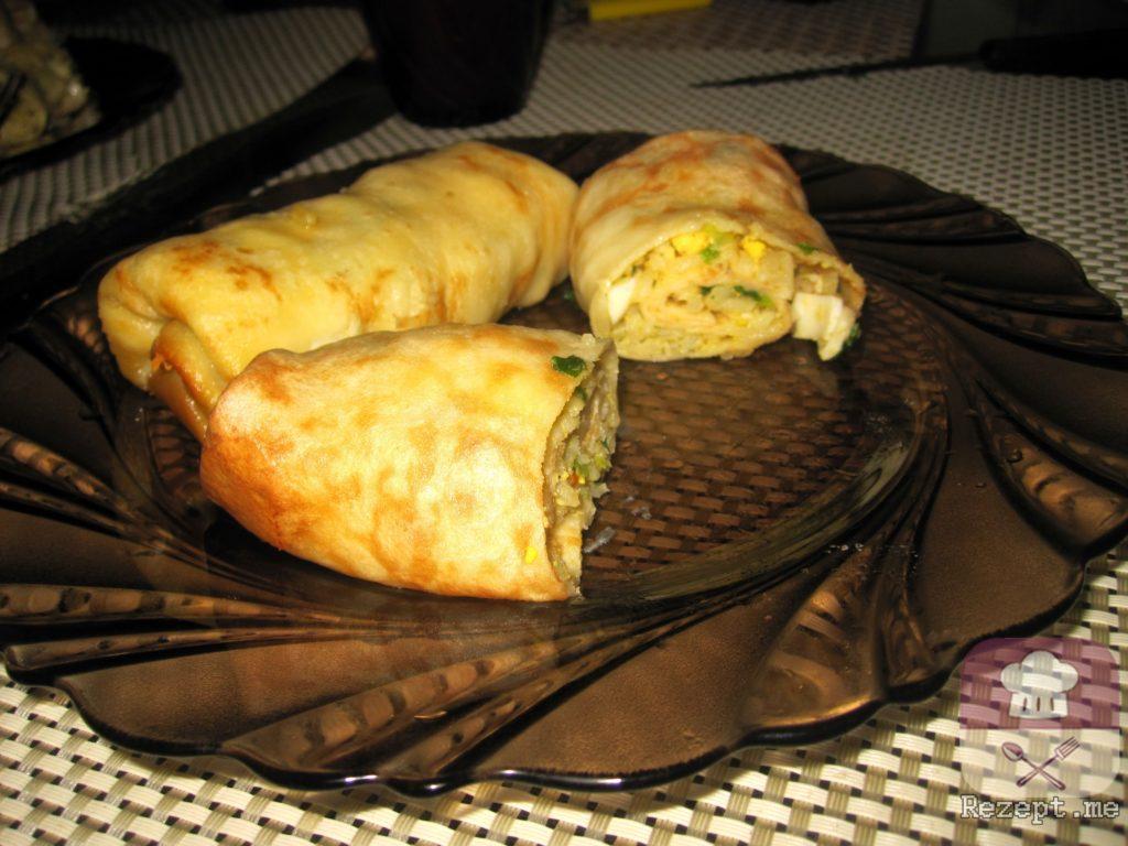 «Весенние» блинные рулетики с рисом, луком и яйцом