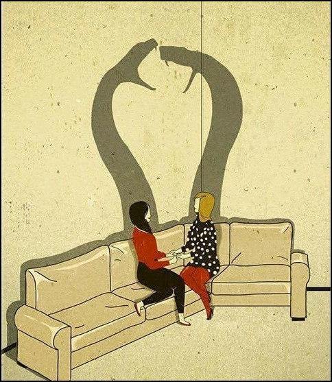 Дві дівчини сидять на дивані і мило теревенять. А їхні тіні - дві змії, що шиплять одна на одну