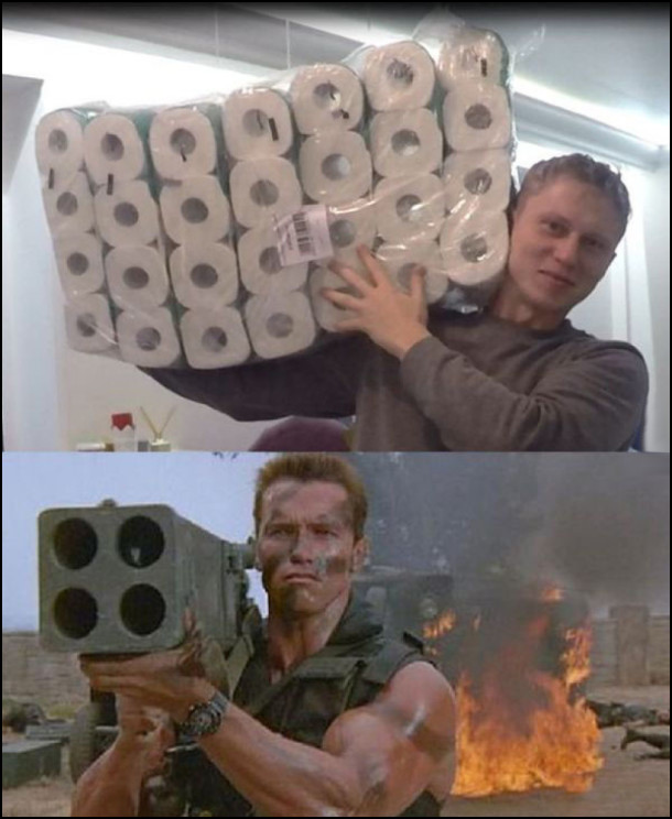 """Косплей. Хлопець взяв на плече блок туалетного паперу. Схоже на кадр з фільму """"Командо"""", де Арнольд Шварценеггер з пушкою на плечі"""