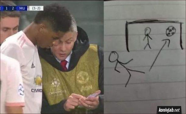 Смішна картинка про футбол. Під час матчу тренер підізвав гравця і показує йому листок, де намальований футболіст, який б'є м'ята у ворота