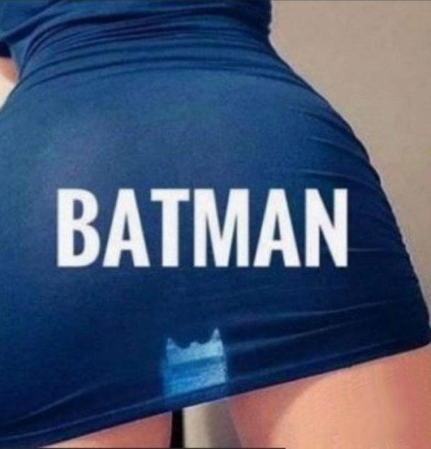 Смішне пікантне фото Batman. Крізь напівпрозору спідницю проглядаються контури Бетмена