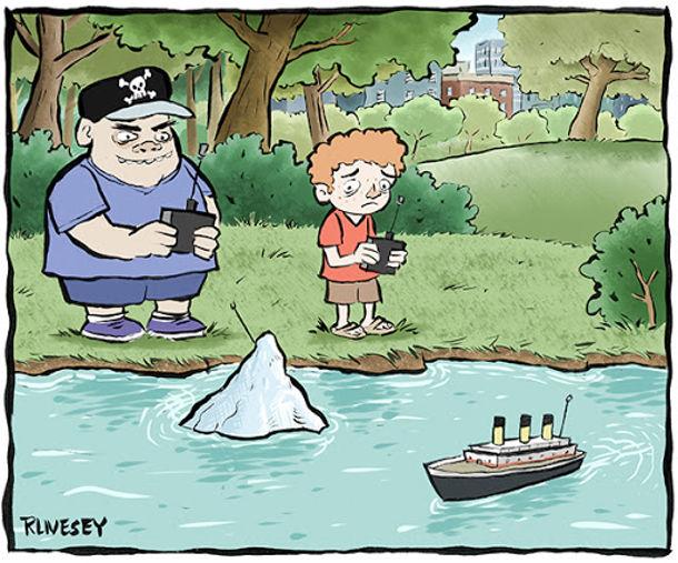 Смішний малюнок Титанік і айсберг. На озері діти граються радіокерованими іграшками: один керує моделлю Титаніка, а інший - моделлю айсберга