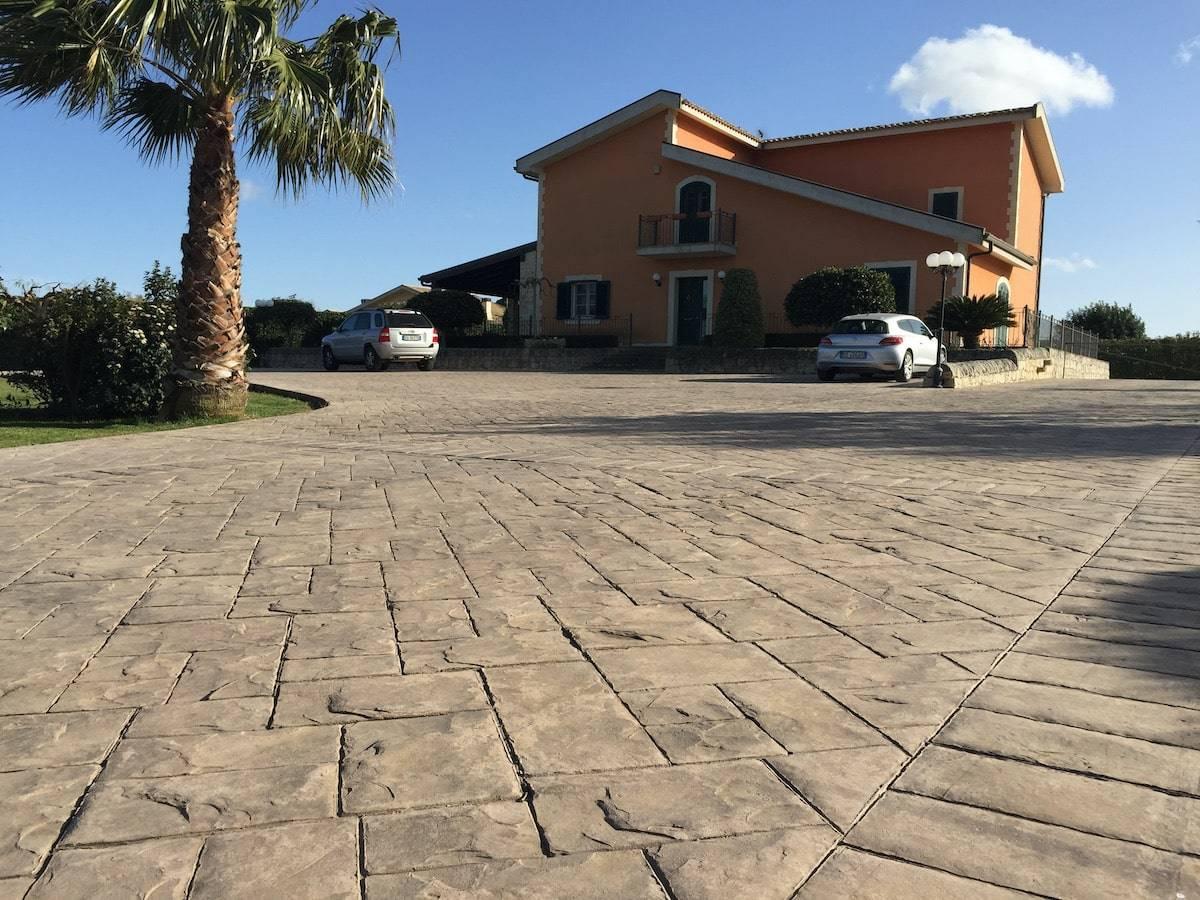 17 piazzale villa / Finitura Ardesia bugnata / Colore personalizzato per il cliente