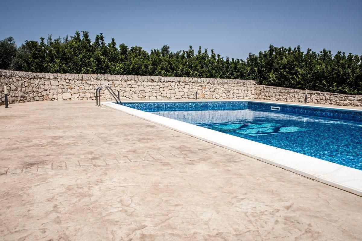 32 spazio esterno bordo piscina/ Finitura roccia naturale/ Colore pietra modicana