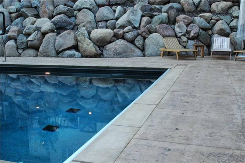 29 spazio esterno bordo piscina/ Finitura roccia naturale/ Colore grigio