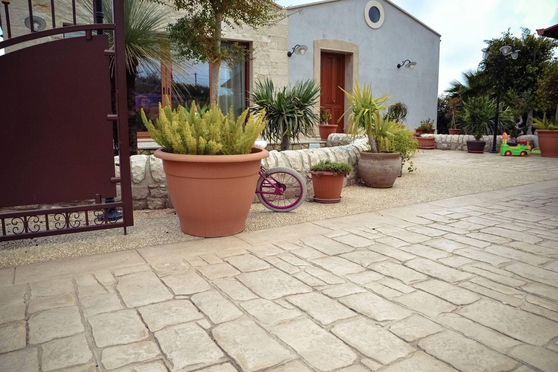 12 ingresso con giardino / Basole modicane e Ghiaia a Vista / Color pietra
