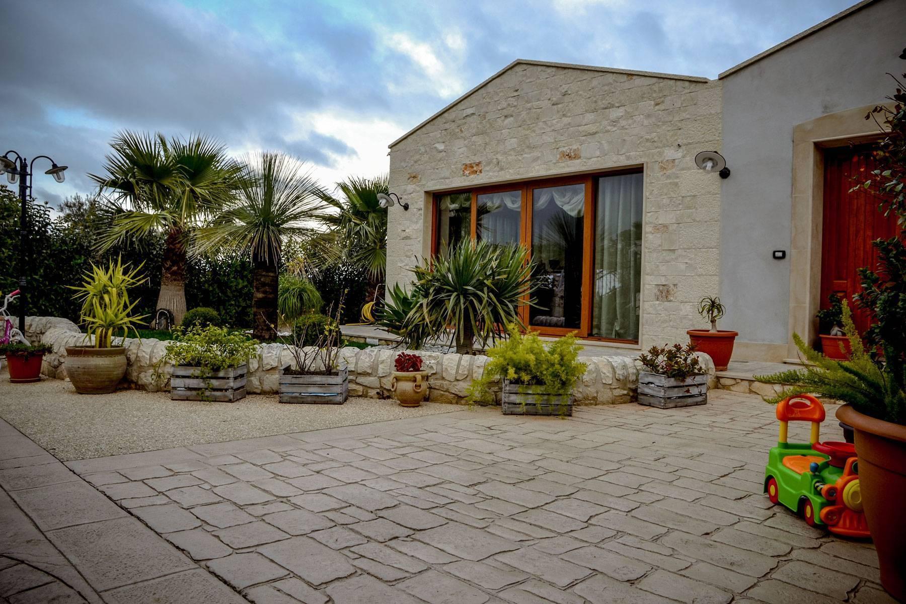 11 ingresso fronte casa / Basole modicane e Ghiaia a Vista / Color pietra