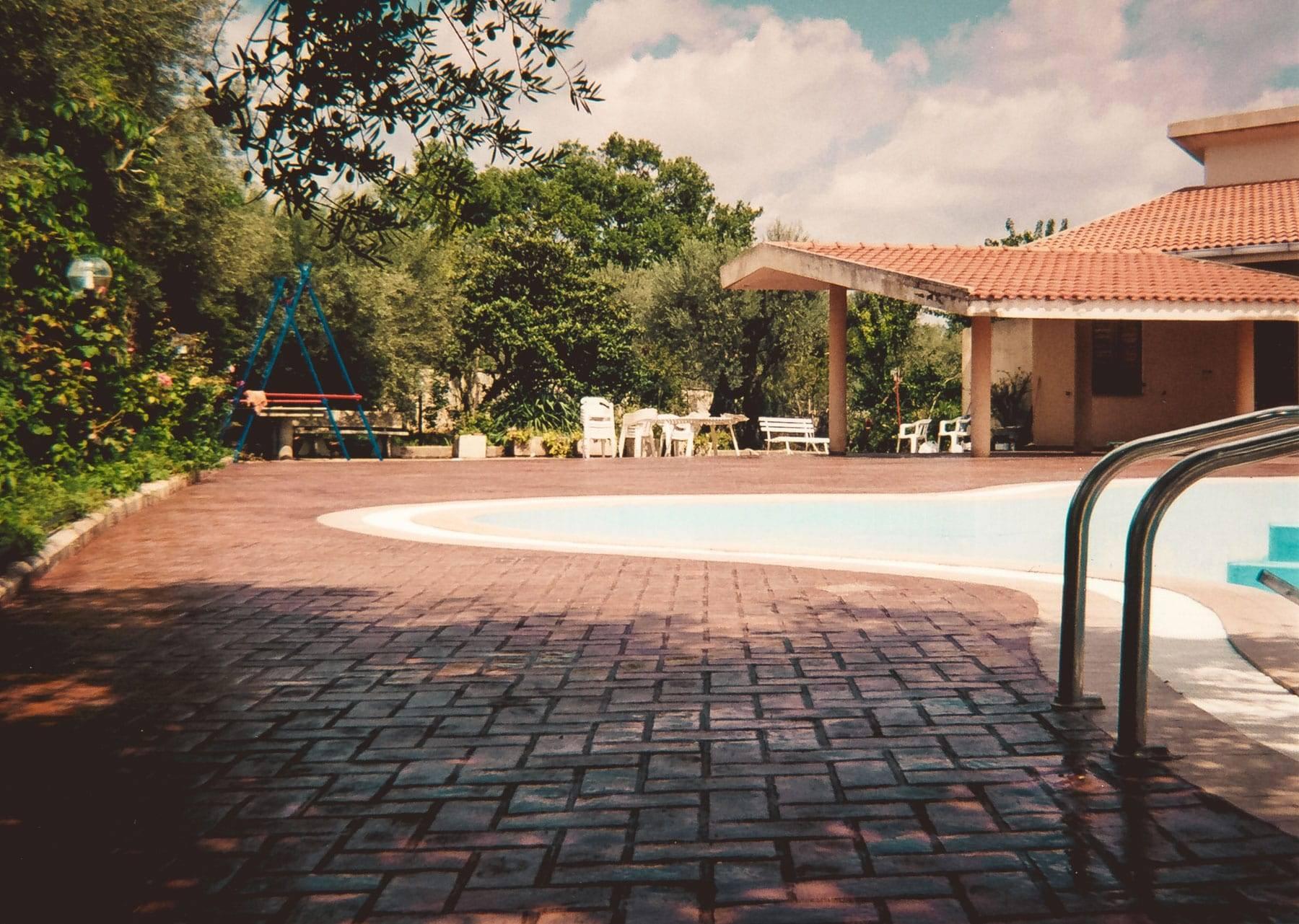 25 Spazio esterno bordo piscina/ Finitura mattoni a spina di pesce / Colore cotto