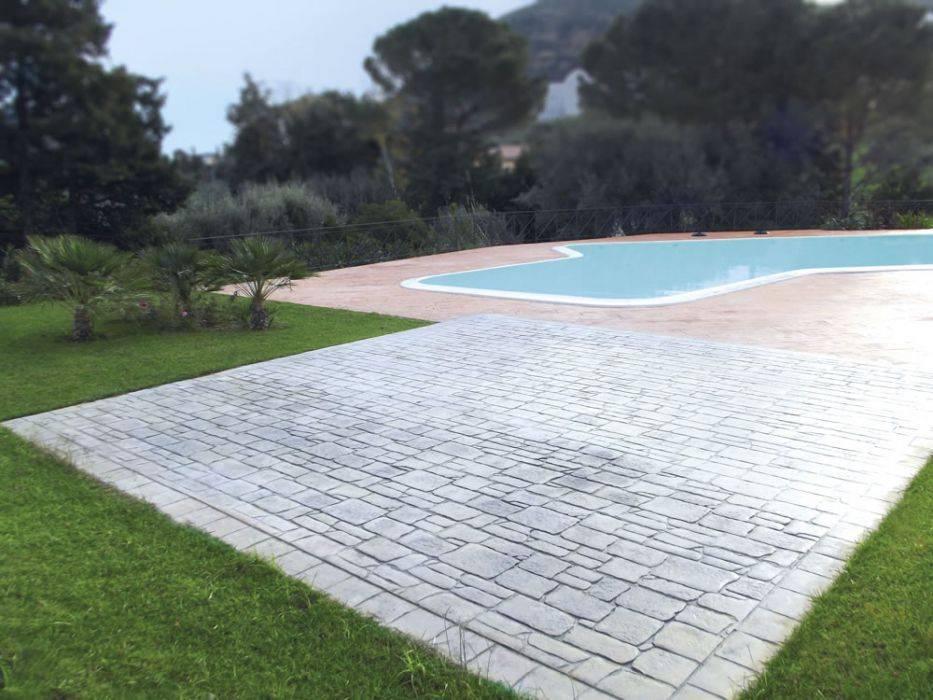 43 spazio esterno bordo piscina /finitura basola modicana / colore pietra naturale