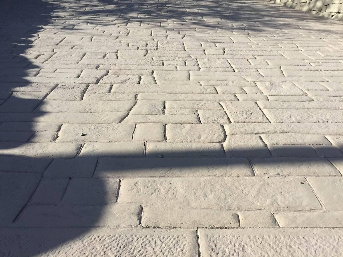 9 Ingresso / particolare Finitura Basole modicane con pietra bucciardata/ Color bianco