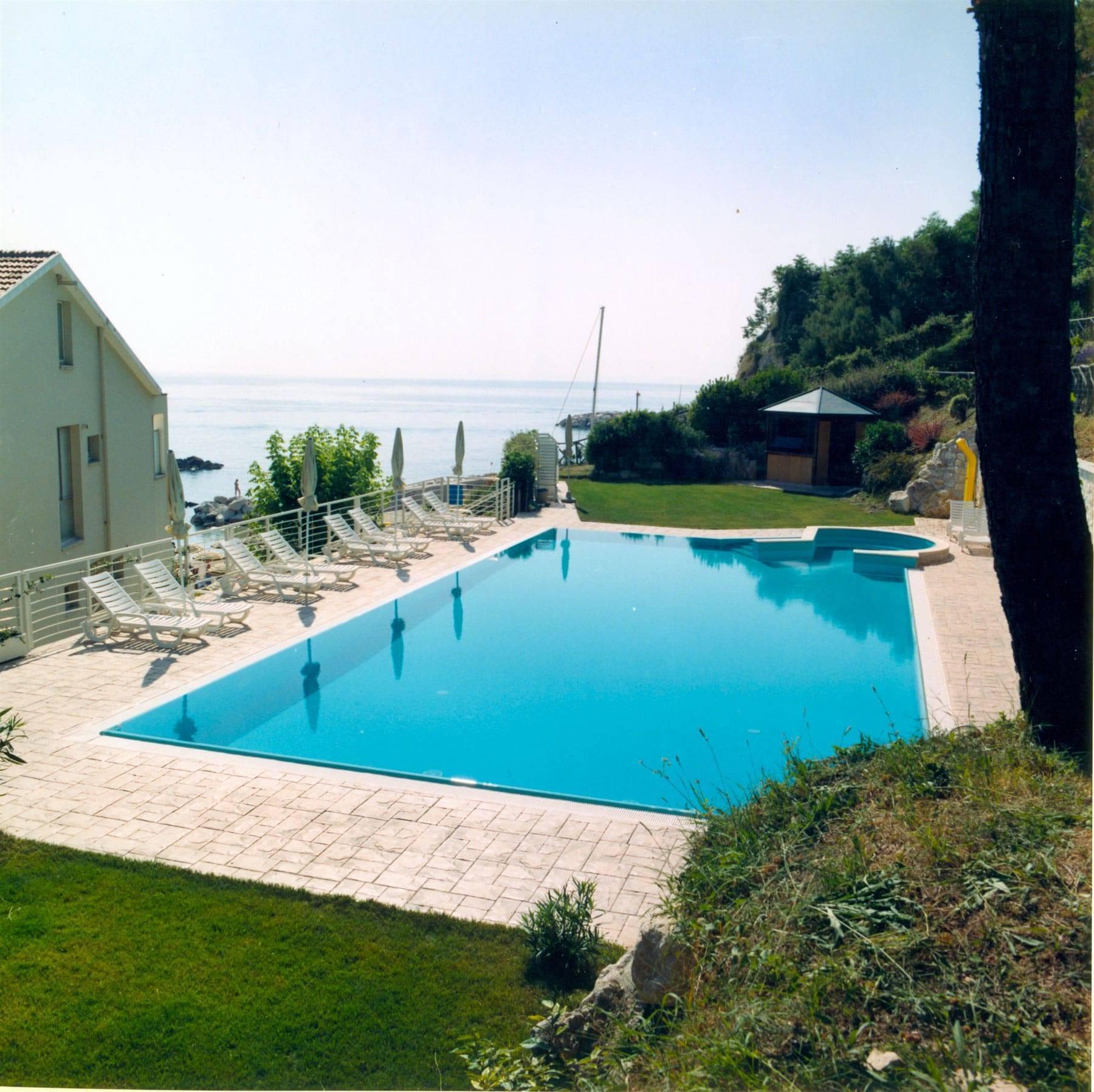 37 spazio esterno bordo piscina / Finitura Ardesia bugnata/ Colore pietra modicana