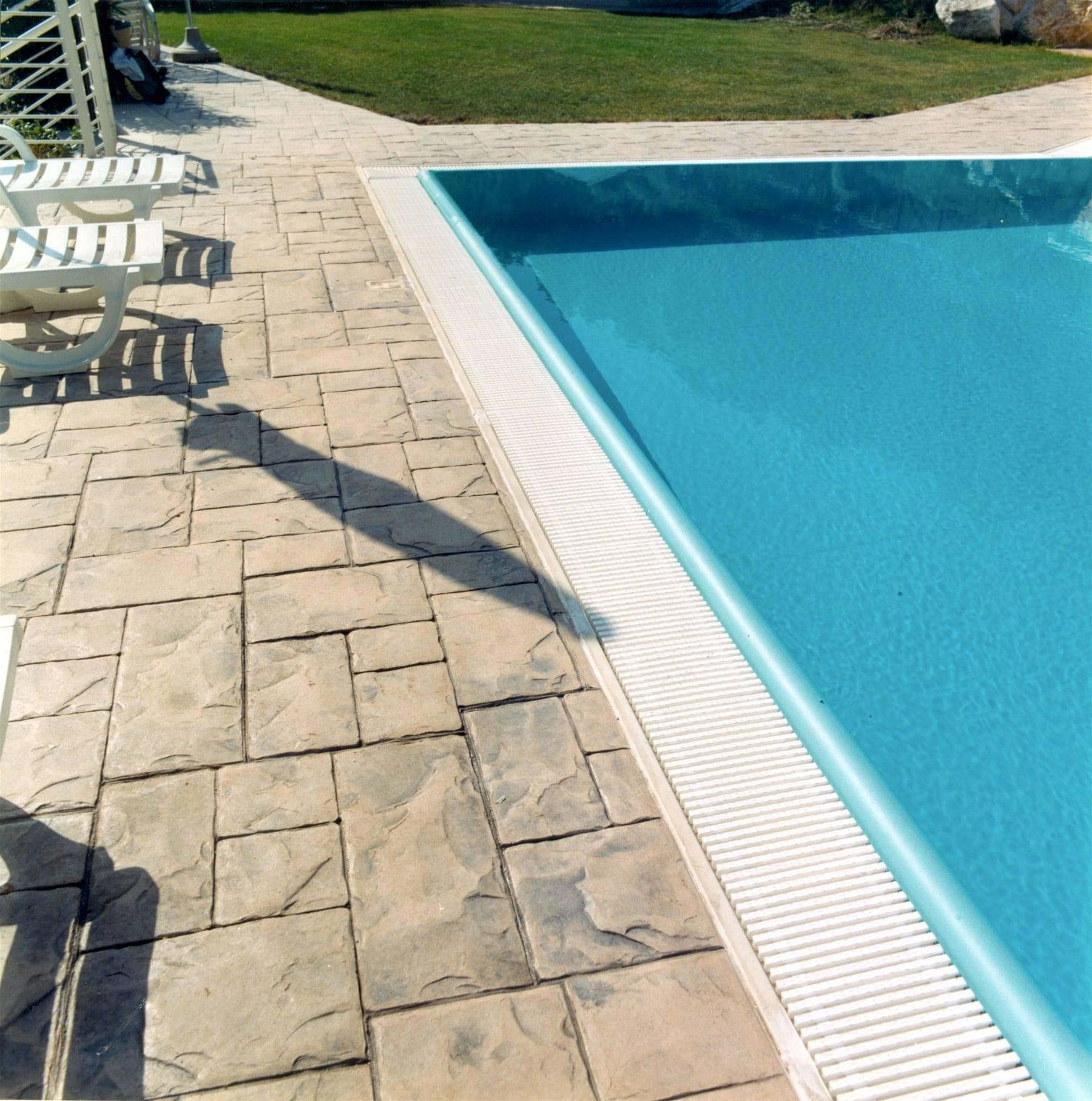 31 spazio esterno bordo piscina / Finitura Ardesia bugnata/ Colore personalizzato per il cliente