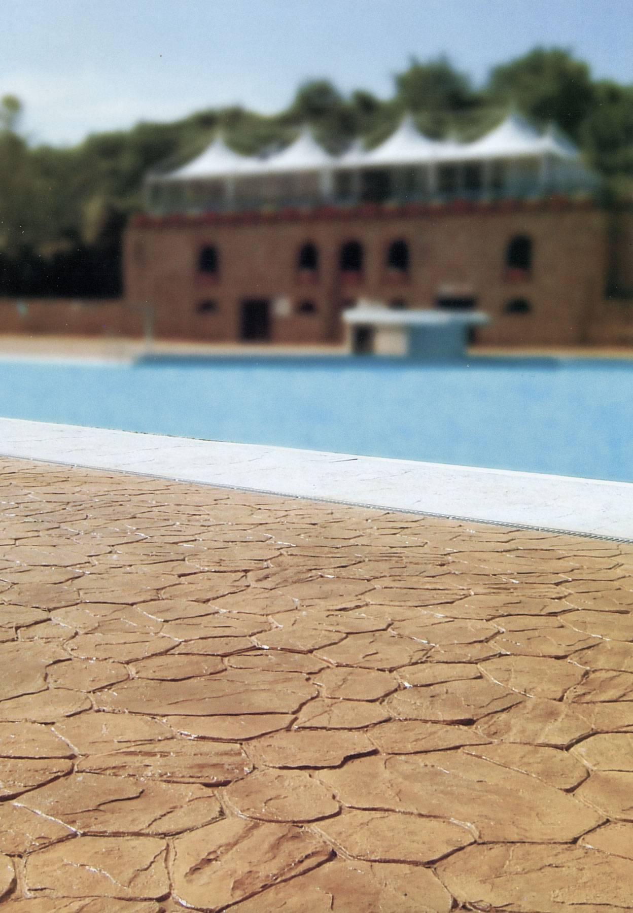28 spazio esterno bordo piscina/ Finitura opus incertum (pietra irregolare) / Colore noce