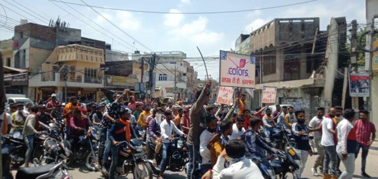 हाथों में डंडे लाठियां तलवारें लेकर सड़कों पर उतरा वाल्मीकि समुदाय. करोड़ों हिन्दुओं के आराध्य भगवान वाल्मीकि जी का कलयुगी राक्षसों ने किया अपमान. कलर चैनल मुर्दाबाद के लगे नारें