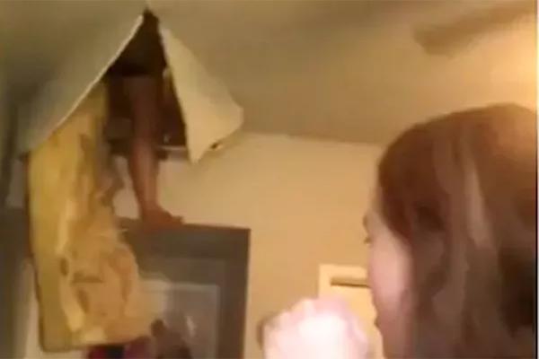 बेटी रिकॉर्ड कर रही थी गाना तभी मां ने ली छत फाड़कर एंट्री! VIDEO देखकर कहेंगे- OMG