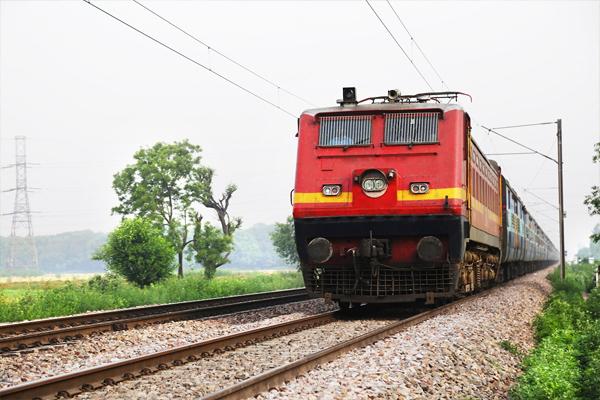 ट्रेनों में स्लीपर कोच रहेंगे या नहीं, रेलवे ने किया स्पष्ट