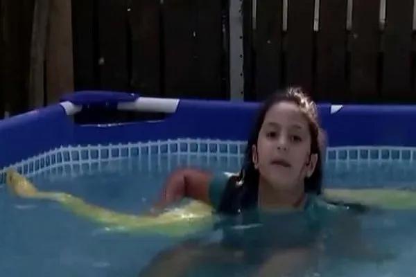 VIDEO: 8 वर्षीय बच्ची का दोस्ता है 11 फुट का अजगर, दोनों को एक साथ खेलते देख उड़ जाएंगे होश