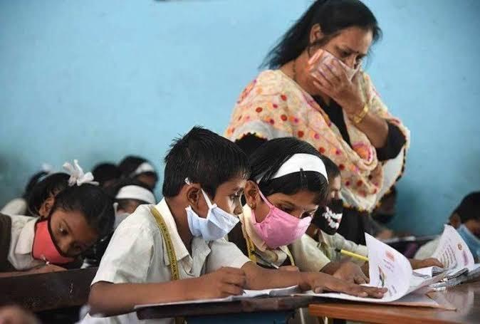 8 स्कूलों के 80 बच्चों को हुआ कोरोना, प्रशासन में मचा हड़कंप. स्कूल बंद