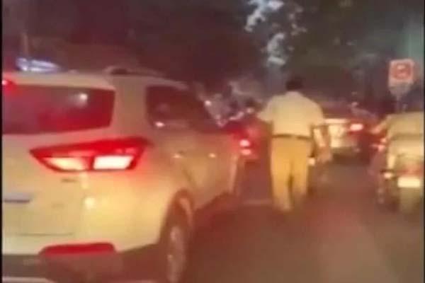 ट्रैफिक में फंसी एम्बुलेंस को रास्ता दिलाने के लिए पुलिसकर्मी ने लगाई 1 KM से अधिक दौड़, देखें Viral Video