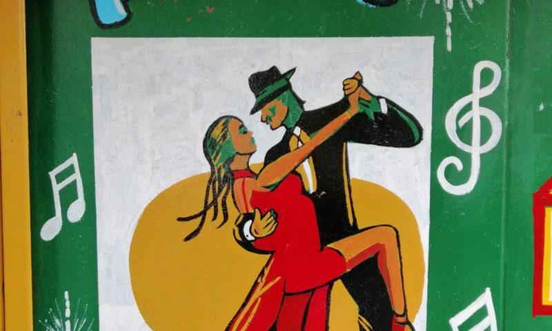 Fotografía de una pintura callejera sobre el tango argentino