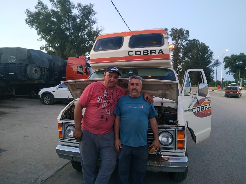 Dos de los tres mecánicos improvisados que encontramos en Río tercero