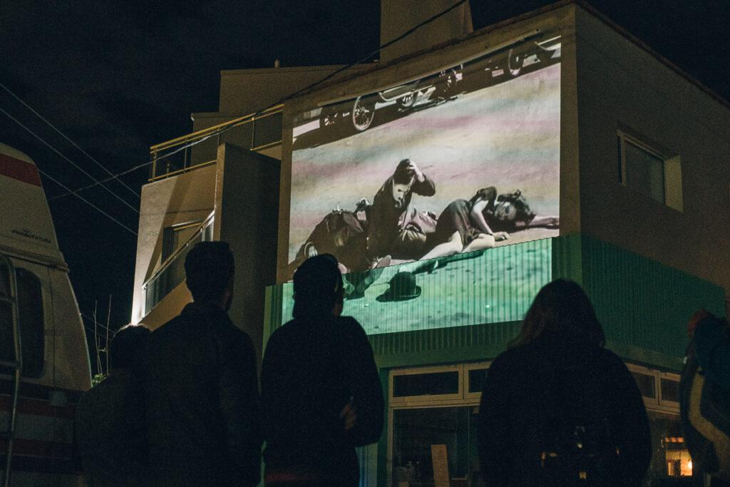 Cinema panaventura es un proyecto de intervención social. Débora y Carlos llevan cine por las escuelas rurales de Latinoamérica