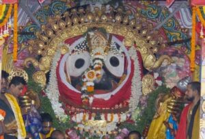 Who installed the first deity of Lord Jagannath in Puri?
