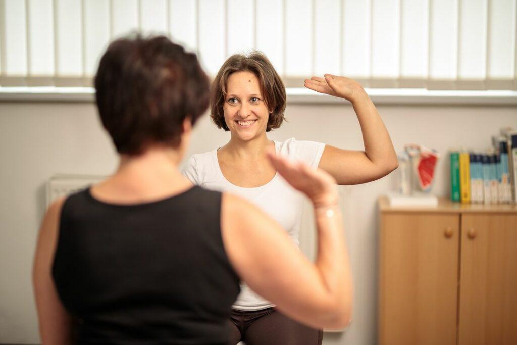 Übung zur Nervenmobilisation in der Physiotherapi