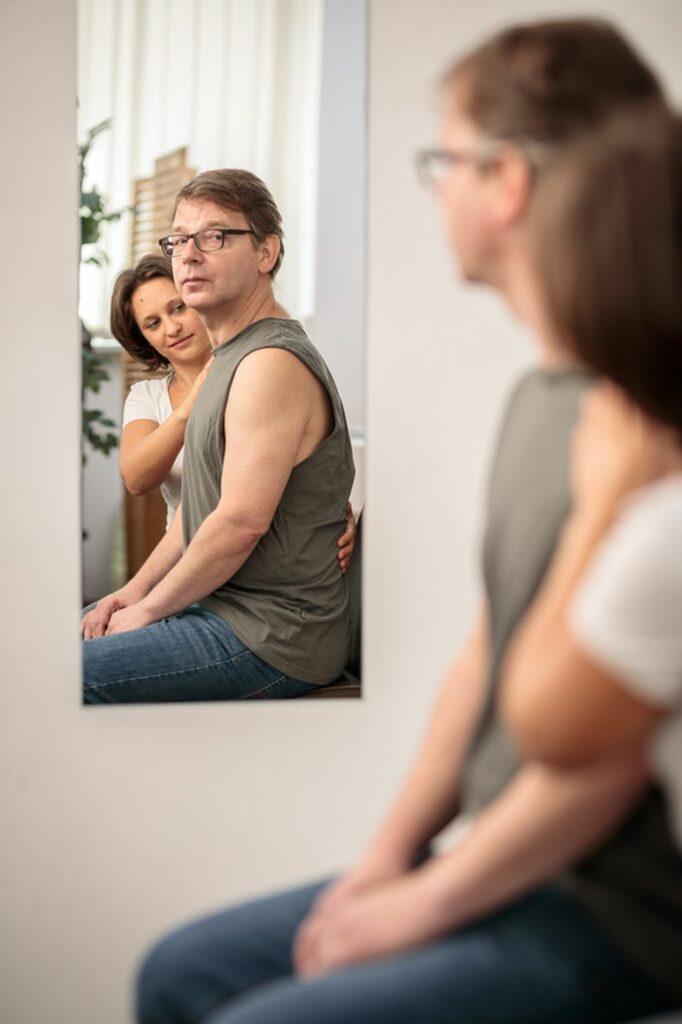 Korrektur der Haltung im Spiegel