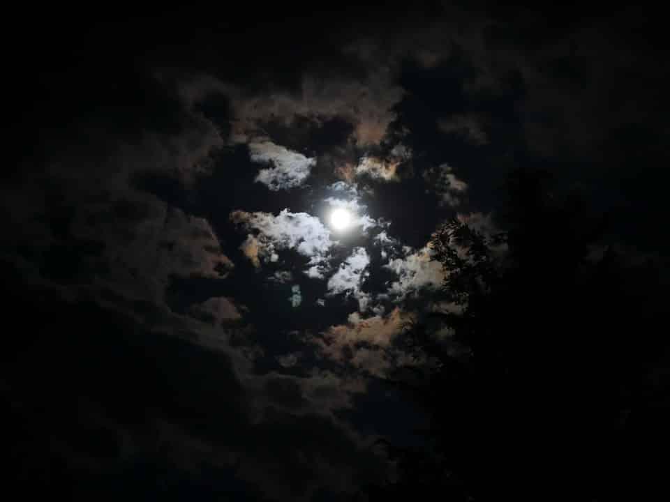 ख़ाली कनस्तर सा चाँद - moon