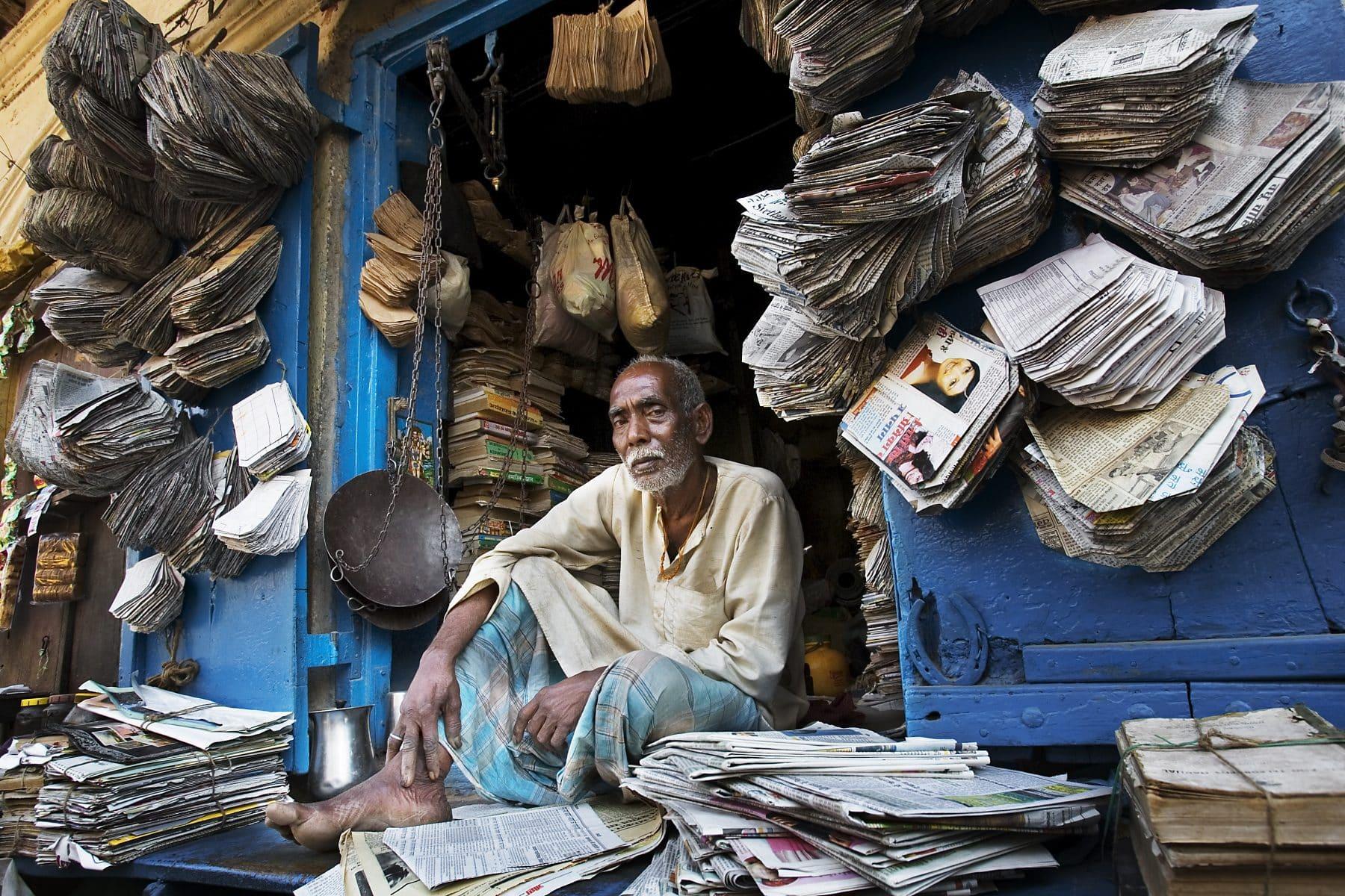 चन्द लिफ़ाफ़े काग़ज़ के - newspaper seller