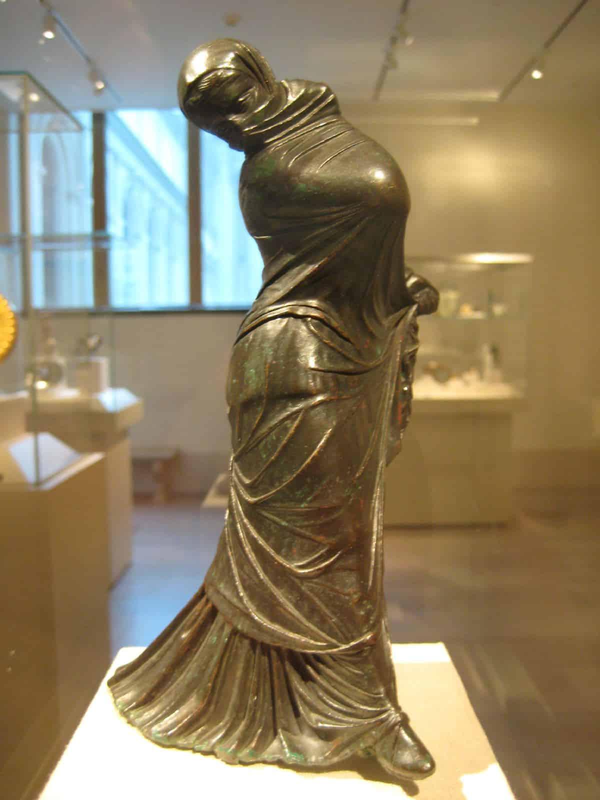 तवायफ - A bronze lady statue
