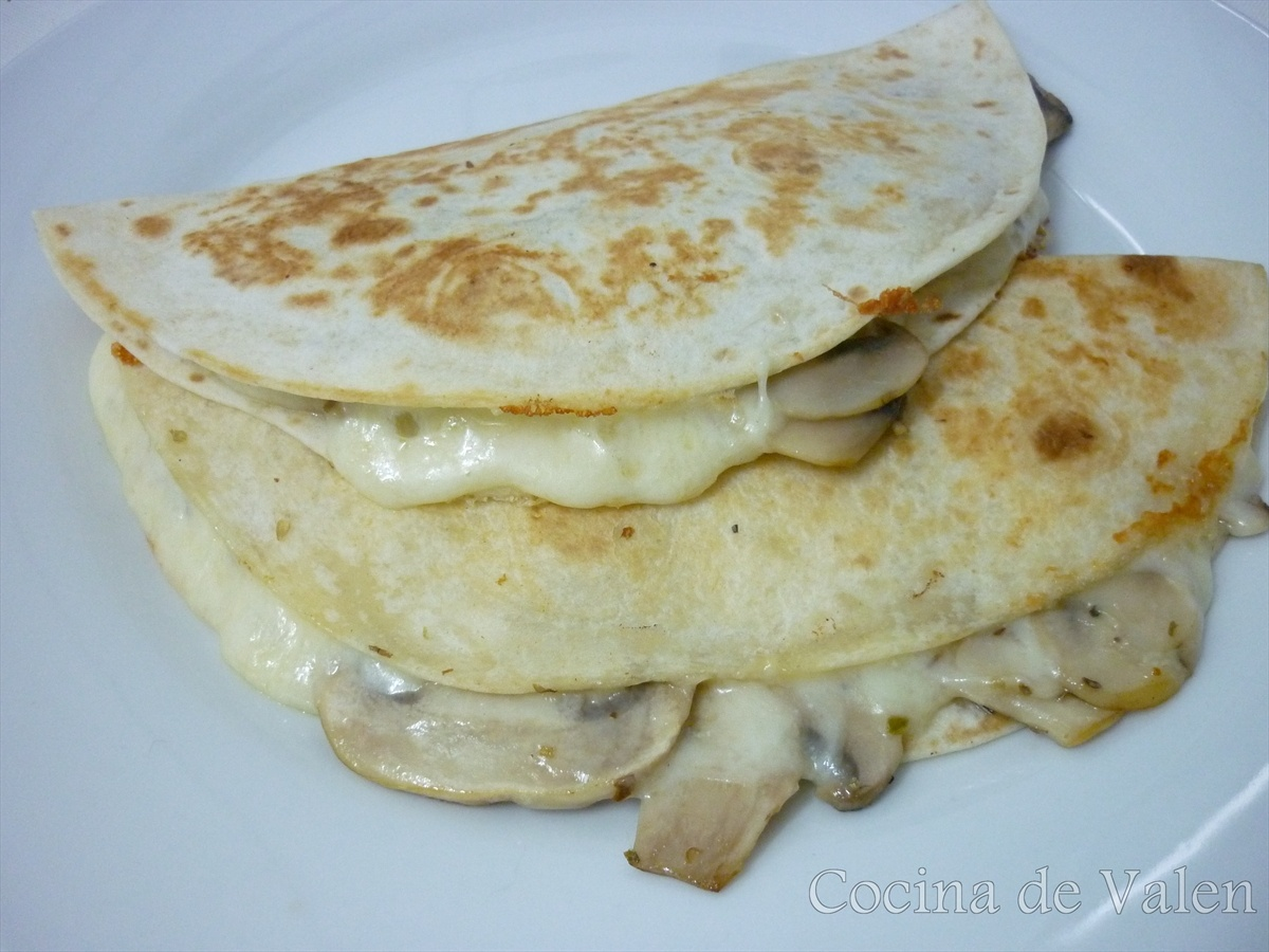 Tortillas rellenas de queso y champiñones