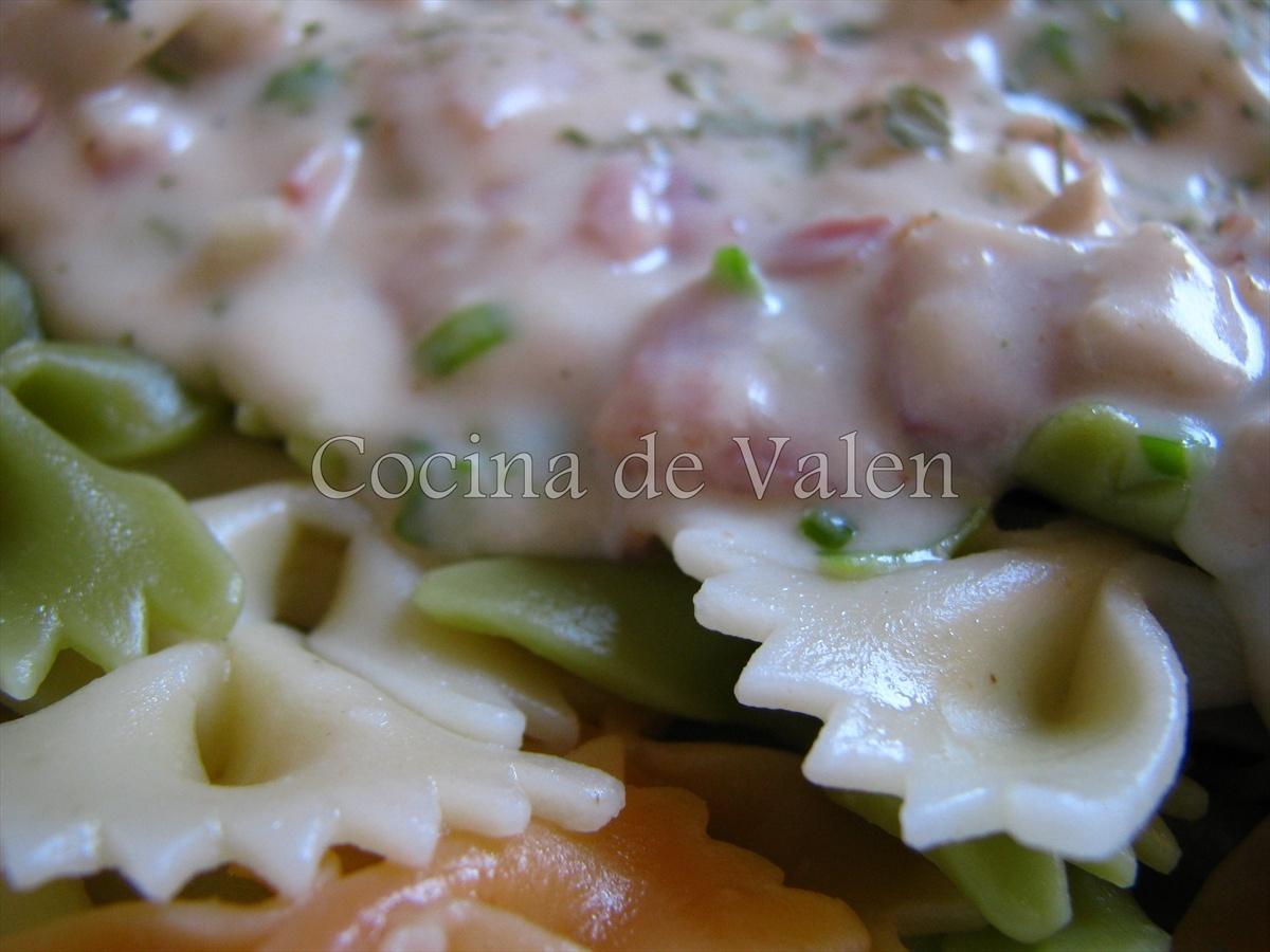 Lazos de pasta en salsa blanca con pollo y bacon - Cocina de Valen
